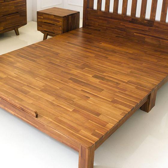 Giường đôi Coco gỗ tràm 1m6 - nâu giảm 46% còn 8,49 triệu đồng; thiết kế kiểu dáng đơn giản và thanh lịch, màu sắc tự nhiên mang đến sự hiện đại và sang trọng cho không gian phòng ngủ. Kết cấu khung giường chắc chắn, với sau trụ giường vững chãi và cân đối. Phần giát giường có hai loại nan và phản, trong đó phần thanh nan giường được làm hoàn toàn từ gỗ thịt, có thể chịu được trọng lượng lớn mà không bị nứt gãy theo thời gian.
