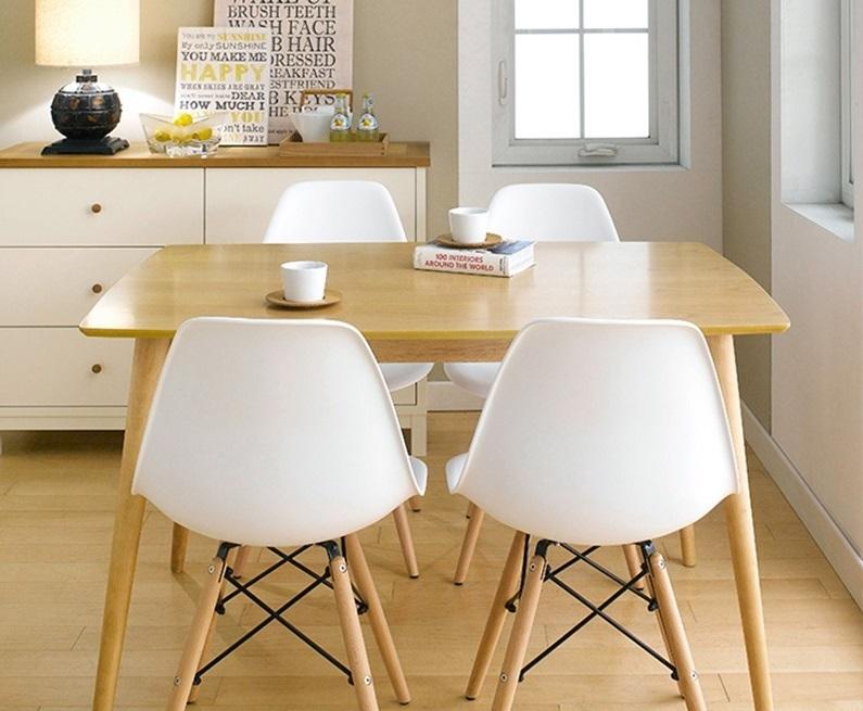 Bộ bàn ăn IBIE kèm bốn ghế tựa màu trắng với thiết kế sang trọng, phù hợp với mọi không gian nhà ở từ cổ điển đến hiện đại. Chất liệu gỗ cao su tự nhiên bền đẹp, kết cấu chắc chắn, được gia công tỉ mỉ. Chân ghế bằng gỗ kèm khung sắt chắc chắn. Sản phẩm hiện có giá ưu đãi đến 50% trên Shop VnExpress, giảm còn 2,49 triệu đồng (giá gốc 4,06 triệu đồng).