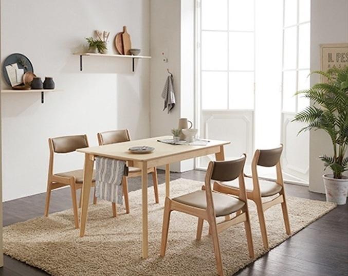 Bộ bàn ăn bốn ghế IBIE Naju thiết kế theo phong cách tối giản với màu gỗ tự nhiên, bề mặt gia công sáng bóng. Vân gỗ thật tạo cảm giác cổ điển pha lẫn hiện đại, cho không gian phòng bếp nhà bạn thêm phần ấm cúng. Đệm ngồi và lót lưng êm ái, được bọc simili cao cấp, bền đẹp. Sản phẩm có giá 4,99 triệu đồng, giảm 47% so với giá gốc.