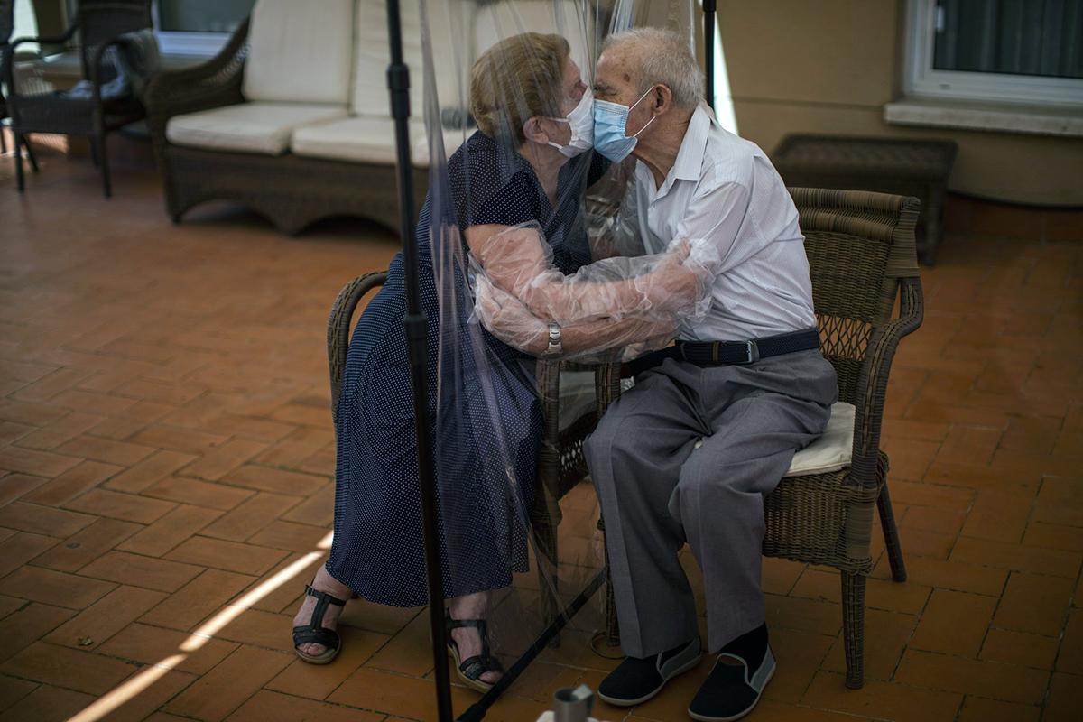 Cuộc gặp đầu tiên sau 102 ngày xa cách của ôngPascual Pérez và vợ là bà Agustina Cañamero hôm 22/6.Nụ hôn qua lớp nilon của cặp vợ chồng già đã khiến mọi người vô cùng xúc động. Ảnh: AP.