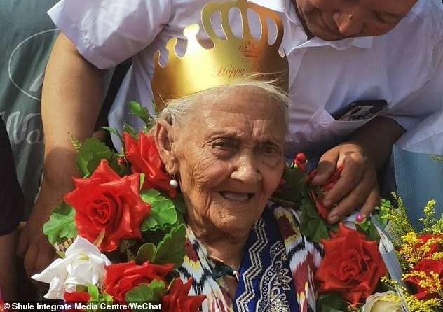 CụAlmihan đeo vương miện và rất minh mẫn trong sinh nhật 134 tuổi của mình. Ảnh: Shule Intergrate.
