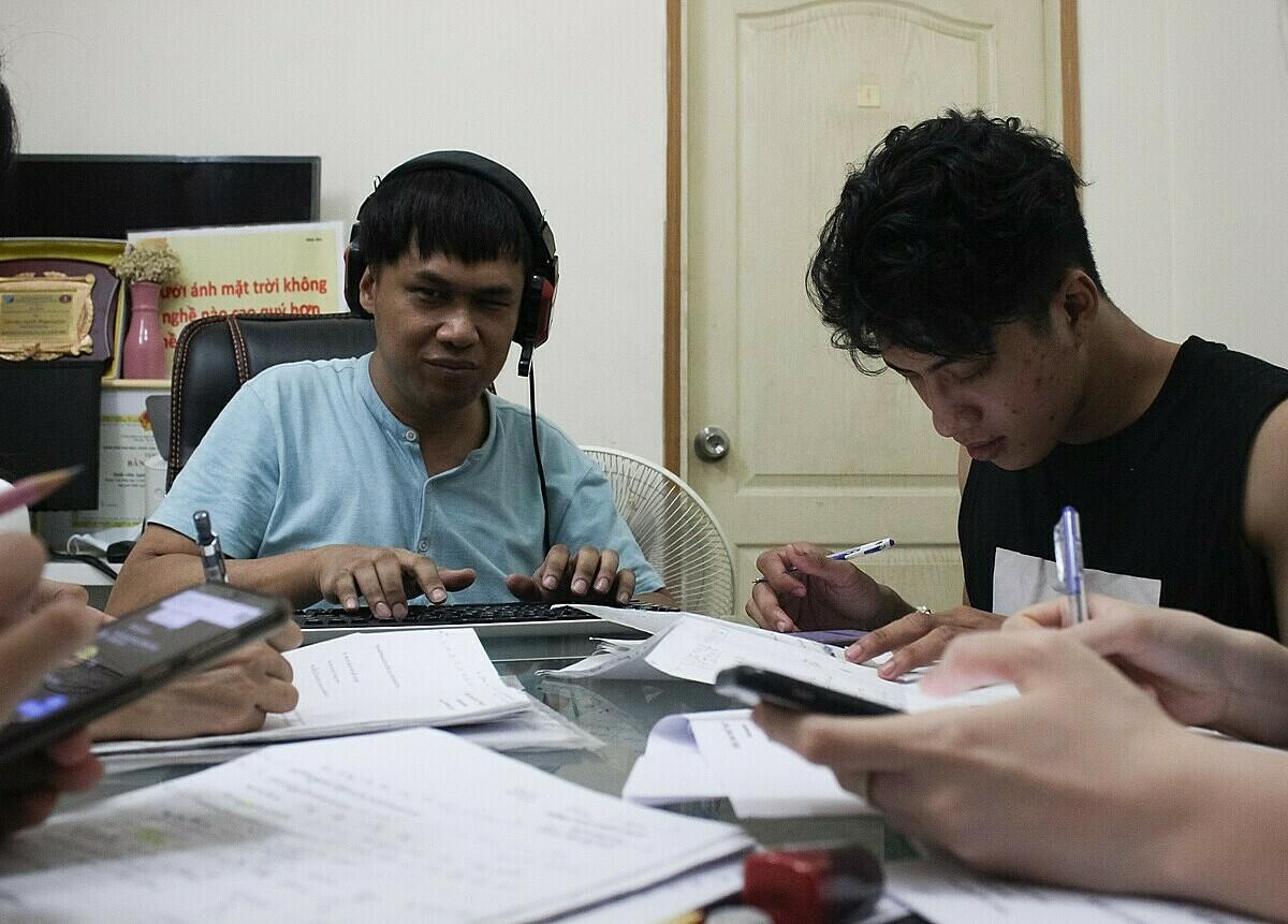 Sau 3 năm dạy tiếng Thái cho người Việt, Apichit đã có hơn 400 học viên online, khoảng 60 học viên kèm trực tiếp. Ảnh: Diệp Phan.