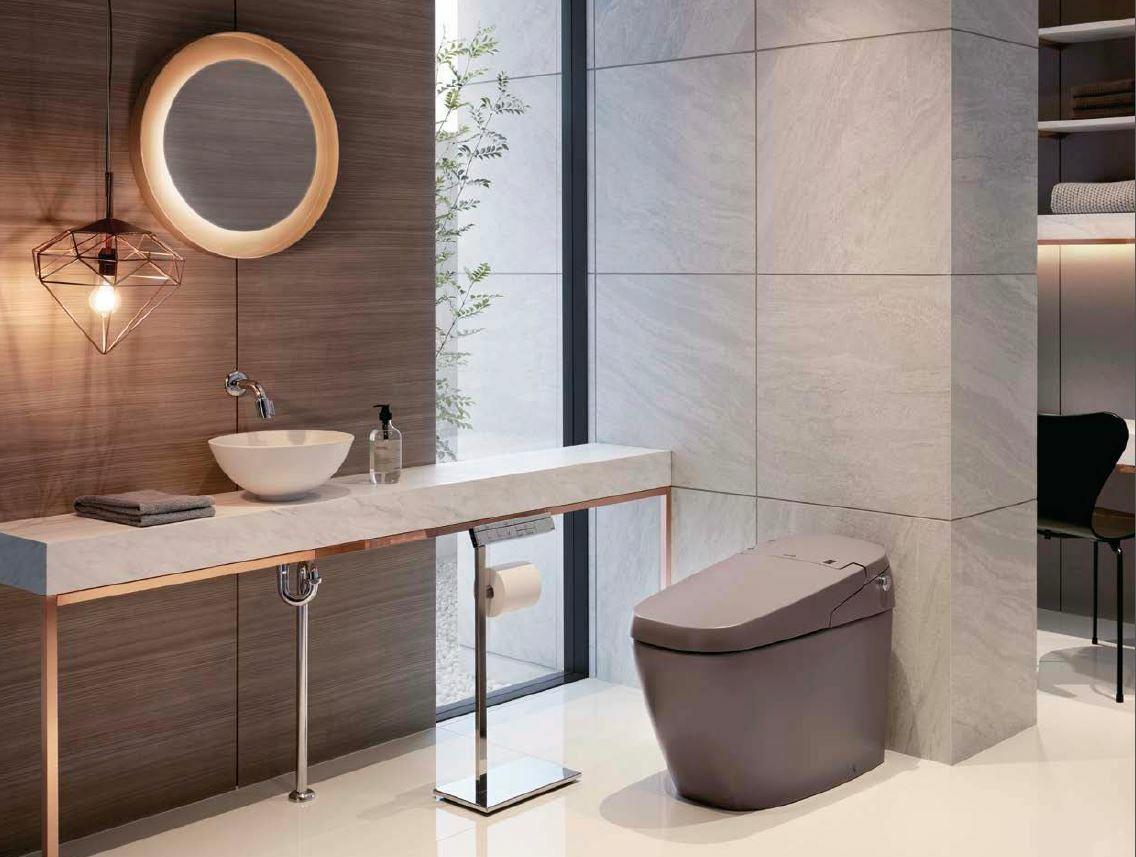 Phòng tắm sử dụng bồn cầu điện tử của thương hiệu INAX.