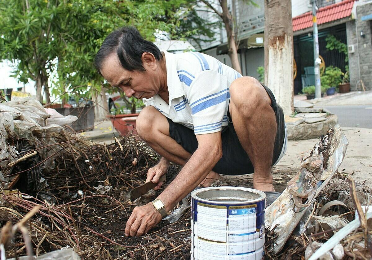 Gián đen thường sống ở những bãi đất trống. Đồ nghề bắt gián gồm một thanh gỗ để cào đất và lon đựng. Nếu không có khách mua hàng, ông cho gián ăn rau cải, để sẵn trong nhà lúc nào khách mua thì giao. Ảnh: Diệp Phan.