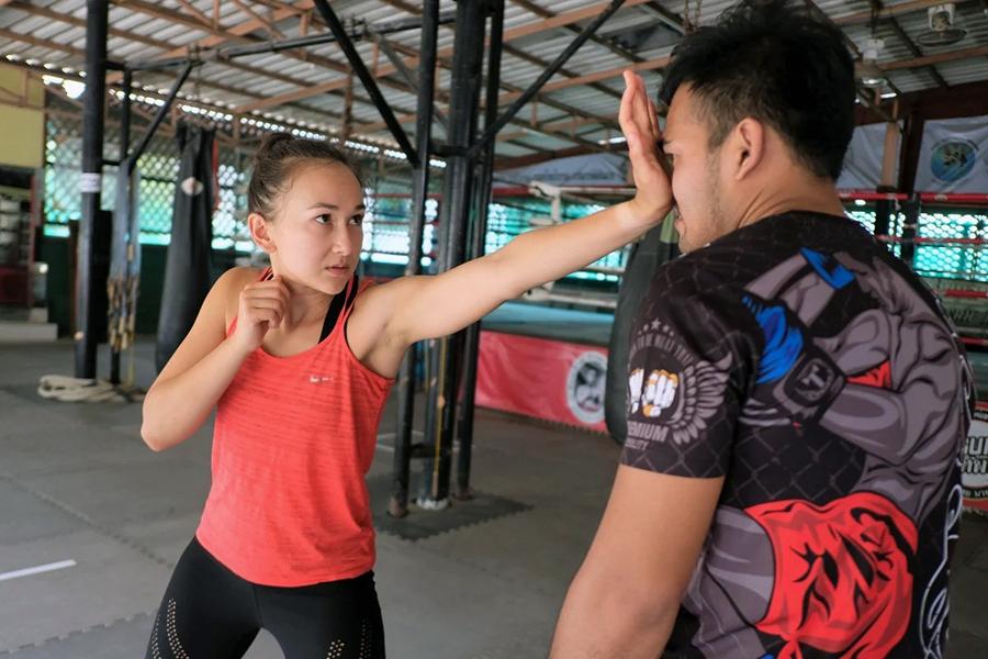 Jade Marrisa Sirisompan - một cựu võ sĩ Muay Thái đang hướng dẫn các động tác tự vệ chống quấy rối tình dục tại một lớp học dành cho phụ nữ ở Bangkok. Ảnh: SCMP.