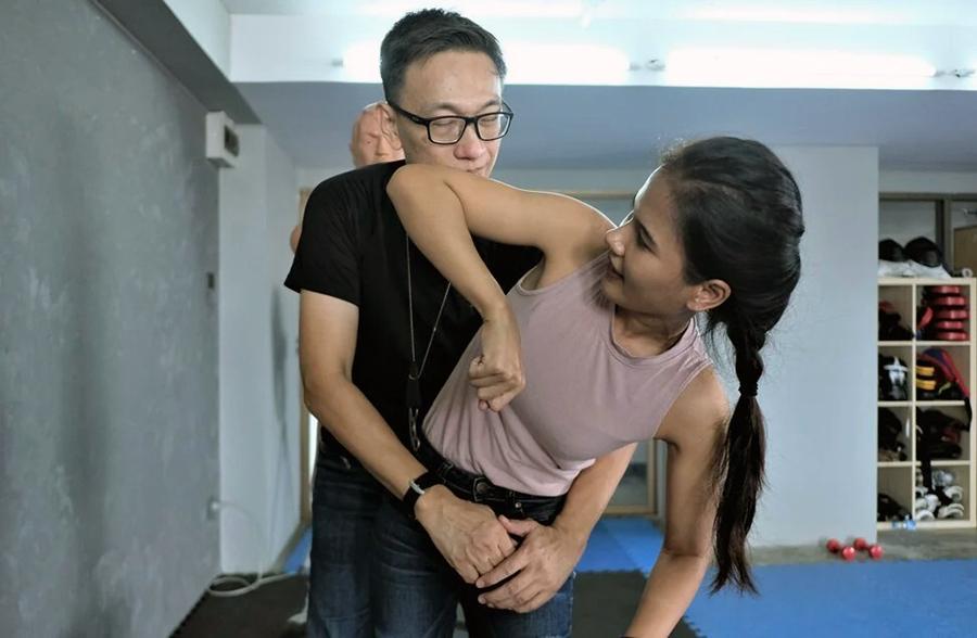 Kittichet Mayakarn (trái) đang hướng dẫn các học viên kỹ thuật tự vệ tay không. Ảnh: SCMP.