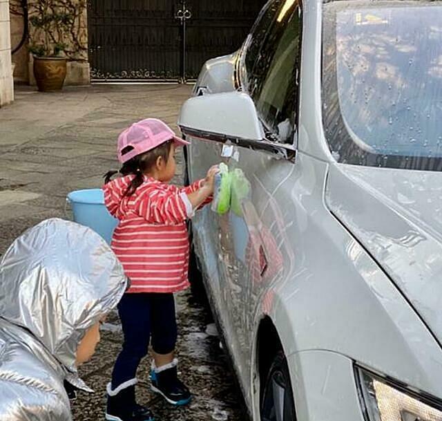 Tỷ phú Hong Kong Hoắc Khải Cương yêu cầu con trai và con gái rửa xe ô tô để kiếm tiền tiêu vặt. Ảnh: sohu.