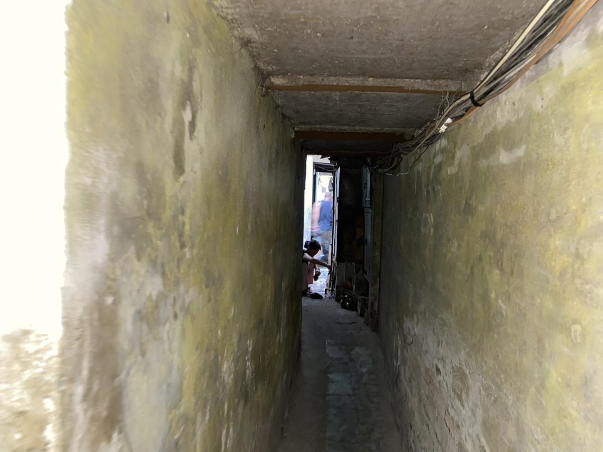 Ngõ vào nhà chật hẹp gây khó khăn cho việc cải tạo nhà tắm.