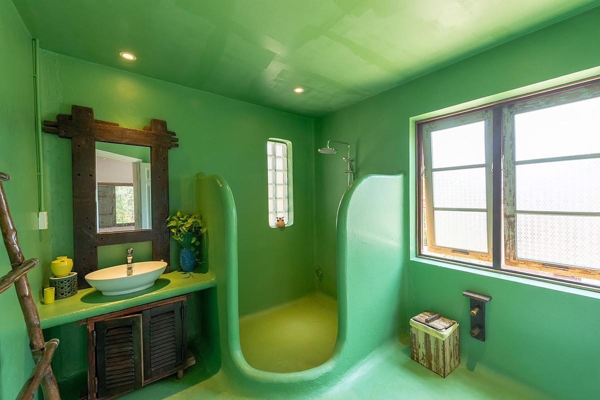 Họa sỹ thiết kế Lê Quang Huy áp dụng phong cách phòng tắm Nhật Bản vào Việt Nam, tận dụng ánh sáng tự nhiên giảm độ ẩm, khử mùi.