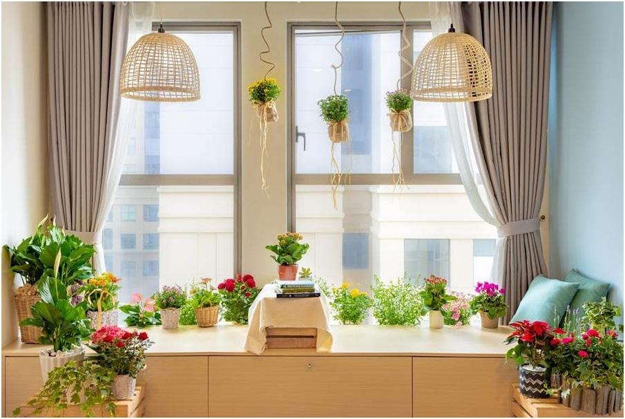 Ngày nay, trong thiết kế nội thất, theo yêu cầu của gia đình, kiến trúc sư ưu tiên nhiều góc riêng dành cho cây xanh. Nếu yêu thích hoa tươi, gia chủ có thể chọn các dòng hoa chậu phù hợp trồng trong nhà. Việc phối hợp nội thất tông mộc với những chậu hoa có màu sắc tươi sáng sẽ giúp không gian sống sinh động mà không loè loẹt.