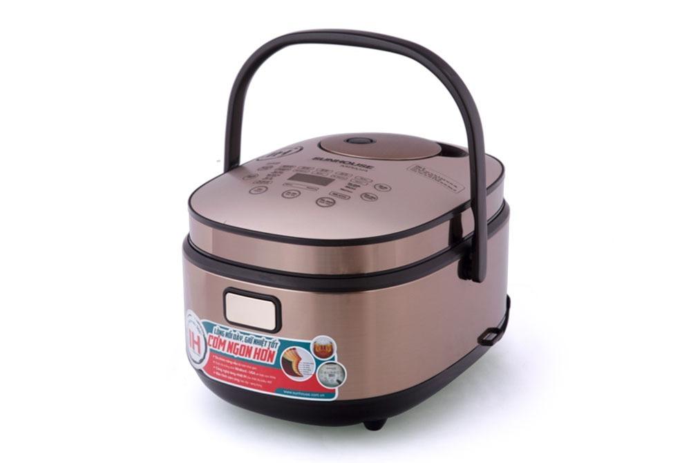 Nồi cơm điện cao tần Sunhouse Mama SHD8955 có dung tích 1,5 lít, phù hợp với gia đình 2-4 người. Sản phẩm cho phép người dùng chọn nhiều chế độ nấu khác nhau tùy theo khẩu vị như mềm, dẻo, cơm niêu hay nấu tiêu chuẩn. Ngoài ra, bạn còn có thể chọn chế độ nấu tùy theo loại gạo như gạo ngắn hạt, gạo thơm hay gạo lứt. Nồi sẽ tự thiết kế lượng nhiệt và thời gian nấu thích hợp để có chất lượng cơm thơm ngon. Sản phẩm có giá 2,195 triệu đồng, giảm 12% so với giá gốc.