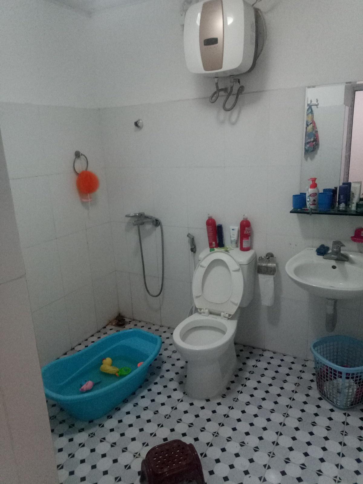 Vì nhà có trẻ nhỏ nên gia đình mong muốn cải tạo phòng tắm, sử dụng loại gạch không trơn trượt.