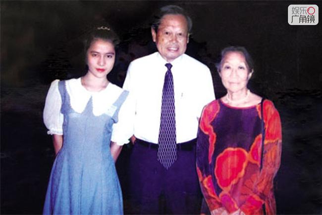 Ôgn Phàm gặp vợ chồng Dương Chấn Ninh năm cô 19 tuổi. Ảnh: Sohu.
