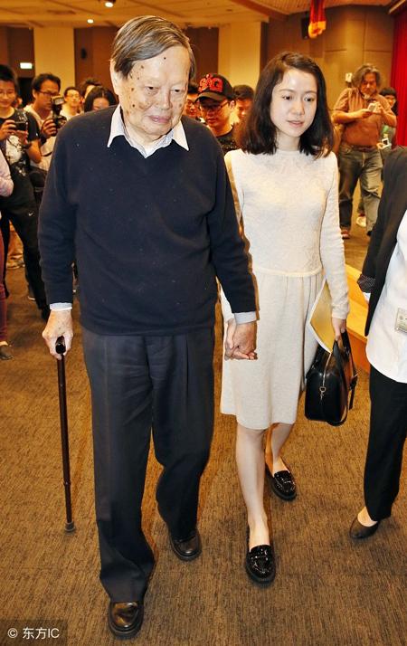 Lúc nào ông Dương cũng nắm tay vợ. Ảnh: Sohu.