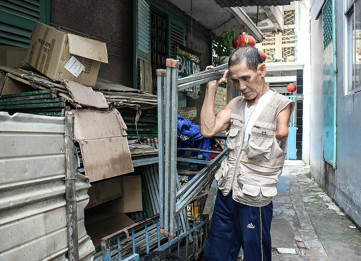 Ông Toàn làm nghề cho thuê bàn bàn ghế, chén dĩa. Tuy mất một tay nhưng ông có thể lái xe 3 bánh chở hàng, bưng bàn ghế cho khách. Ảnh: Diệp Phan.