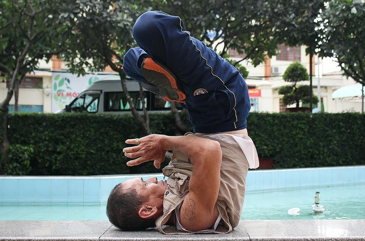 Ông Toàn giữ thói quen tập thể dục, thiền, luyện khí công từ ngày cai nghiện đến bây giờ. Đã 65 tuổi nhưng ông có thể nhào lộn nhiều vòng bằng một tay, chạy bộ giật lùi vài km mỗi ngày. Ảnh: Diệp Phan.
