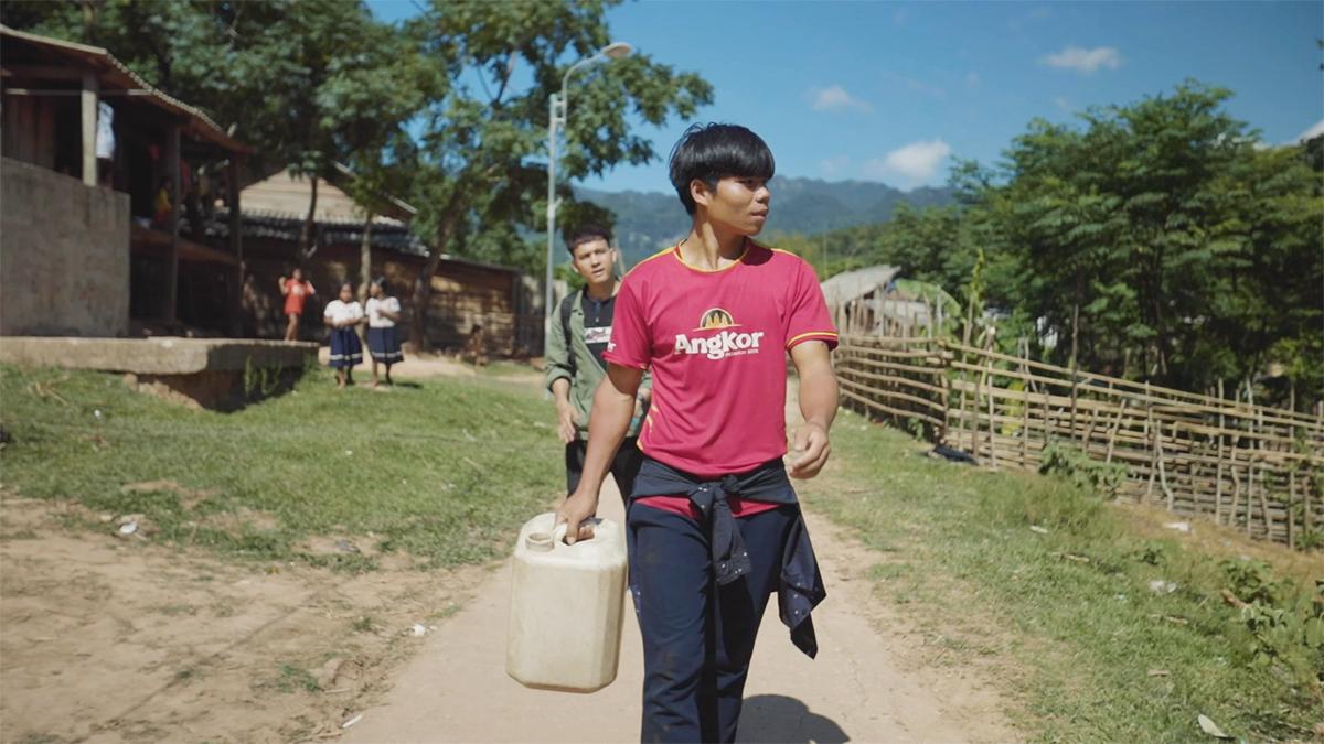 Thanh đi lấy nước từ khe mang về nhà dùng. Ảnh: Chan La Cà