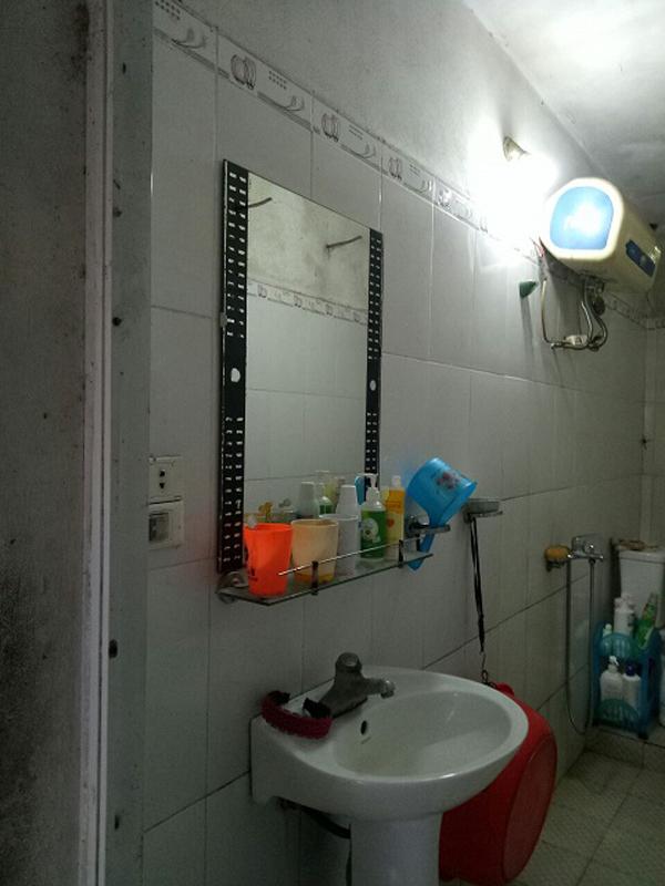 Phòng tắm gia đình xuống cấp sau nhiều năm sử dụng.