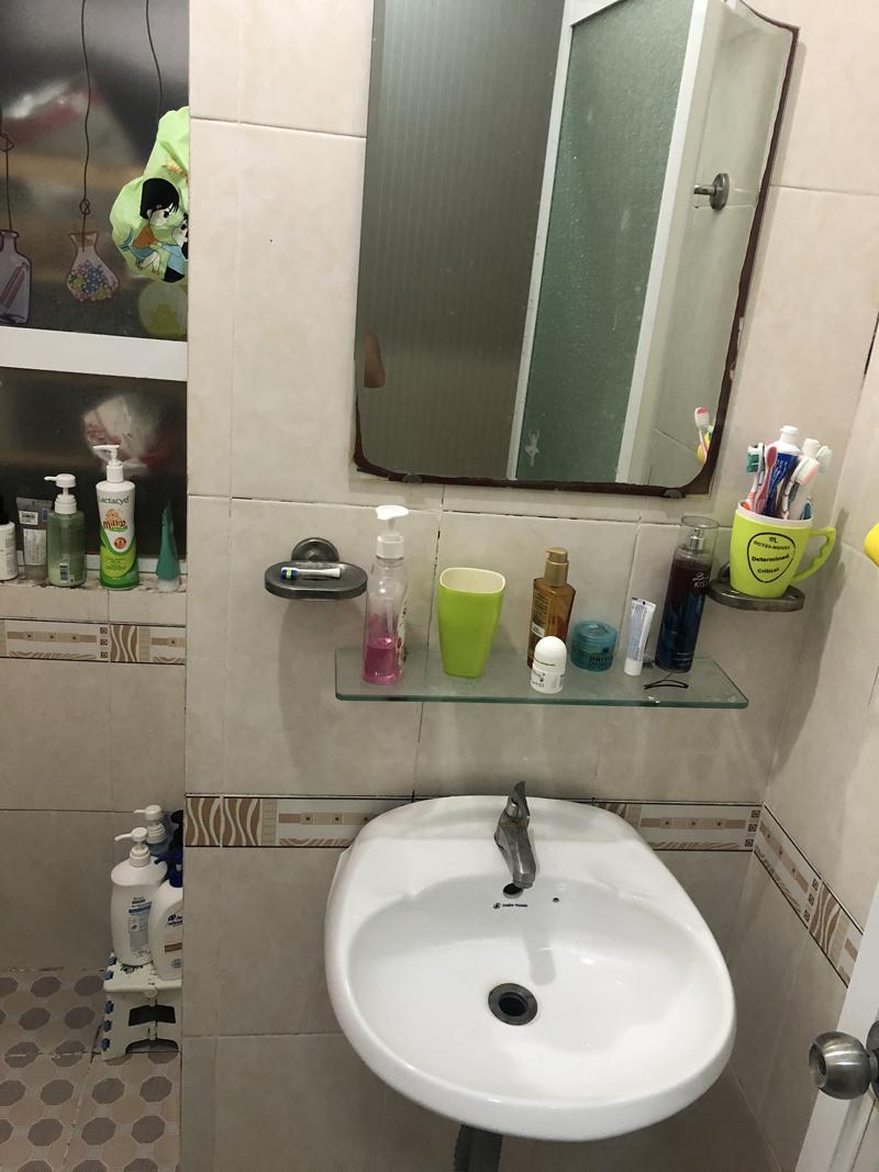Bồn rửa mặt, gương trong nhà tắm xuống cấp.