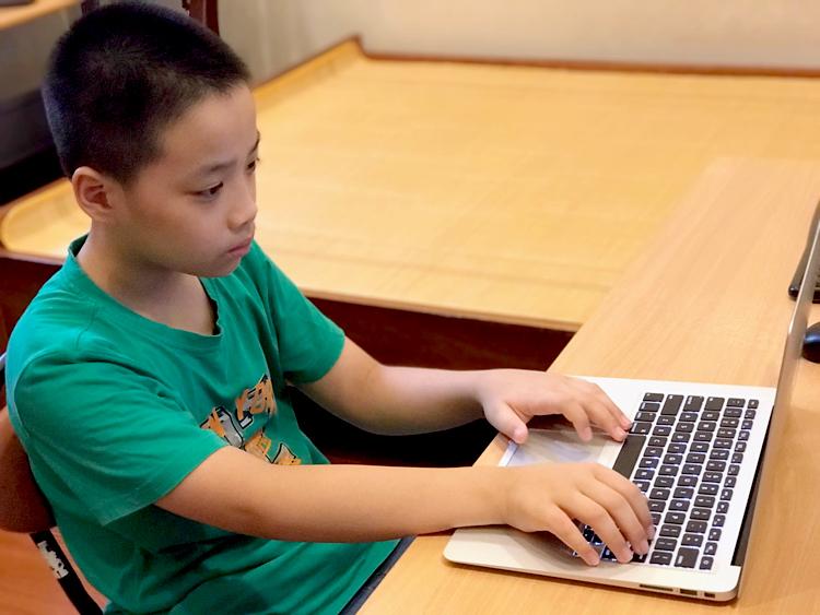 Trần Trọng Nghĩa hiện đang là học sinh lớp 6 tại một trường ở quận Ngô Quyền, Hải Phòng.  Ảnh: Hải Hiền.