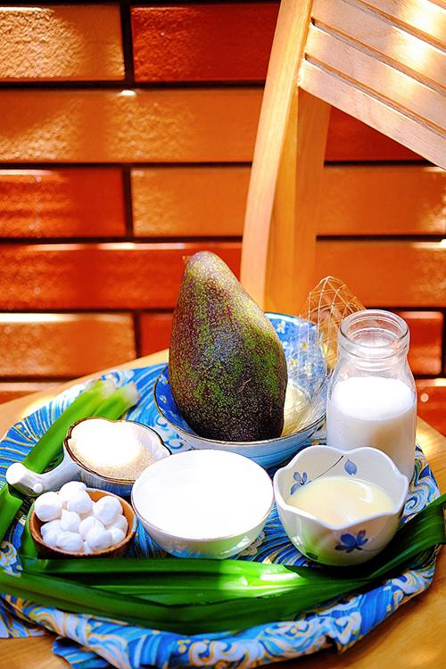 Nguyên liệu để làm món chè bơ cốt dừa. Ảnh: Hoa Anh.