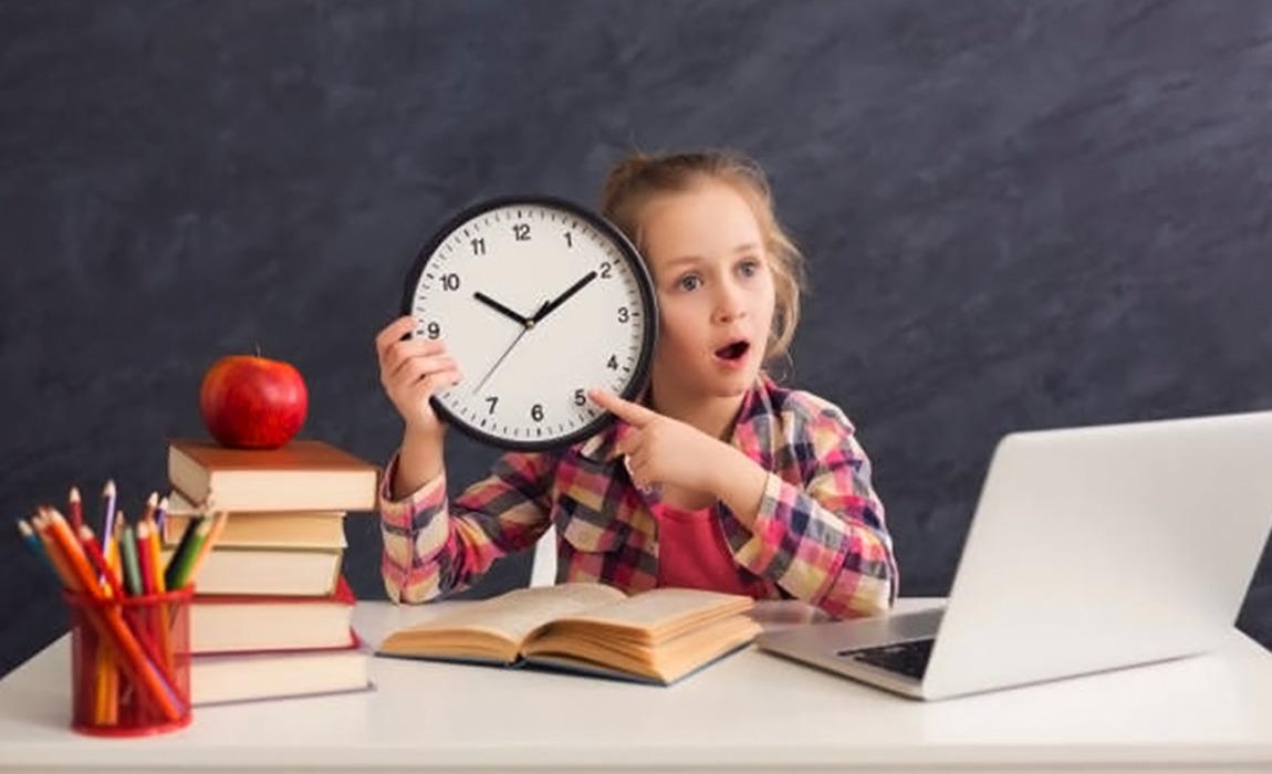 Phụ huynh nên trao quyền phân bổ lịch sinh hoạt cho trẻ, nhằm giúp trẻ phát triển nhận thức về việc tự quản lý thời gian của riêng mình. Ảnh: Steemit.