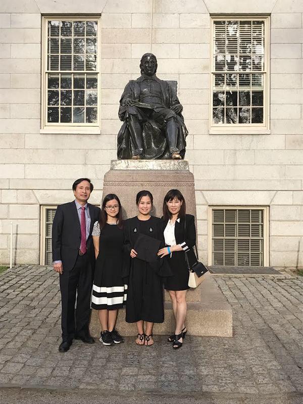 Hiền Anh (thứ 2 từ trái sang) cùng bố mẹ trong lễ tốt nghiệp của chị gái năm 2017. Ảnh: Gia đình cung cấp.