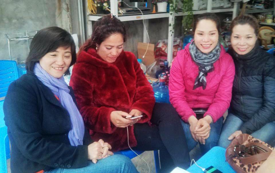 Chị Trang (ngoài cùng phải) và chị Ngọ (áo hồng) giống nhau nhưng không phải chị em.