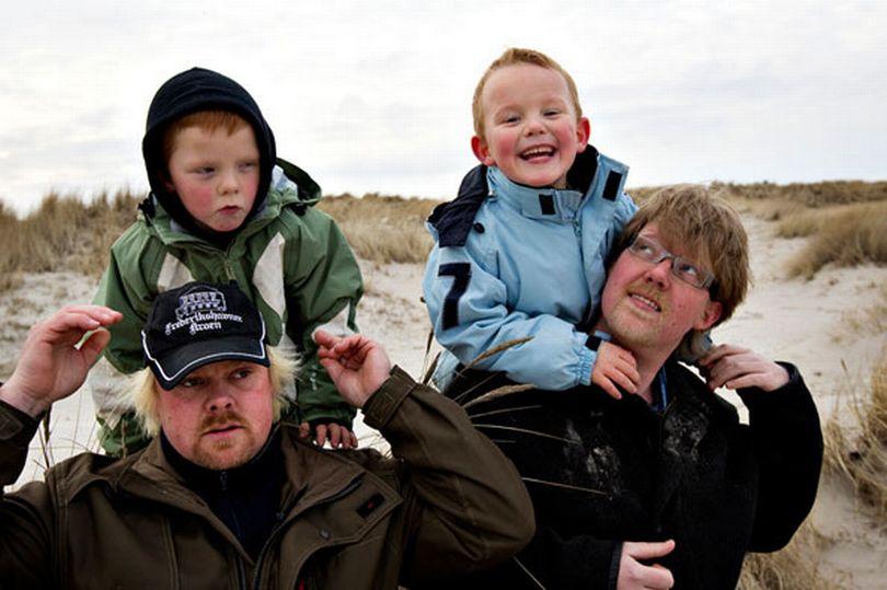Trong hình là cặp song sinh khác cha sinh năm 2005 ở Đan Mạch, con của chị Charlotte. Chồng cũ Michael Bên trái là bé Marcus con của chồng cũ Michael, bên phải là bé Lucas và tình yêu mới Tommy. Ảnh: Mirror.