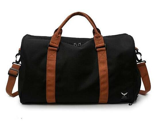 Túi du lịch tiện ích chống thấm Laza TX400 250.000đ(-20%)Trọng lượng :    500gKích thước :    48cm x 28cm x 26cm (ngang x cao x đáy)Thiết kế thời trangChất liệu cao cấpKiểu dáng phong cáchĐộ bền caoDễ phối đồKích thước:  48cm x 28cm x 26cm (ngang x cao x đáy). Với kích thước này có thể chứa được khoảng 15 bộ quần áo cùng nhiều vật dụng khác nhau.- Đường may khéo léo, cẩn thận, tỉ mỉ, chắc chắn. Sản phẩm bền với thời gian.- Túi được làm từ chất liệu da chuyên dụng, vải cao cấp, bền với thời gian, không bị rạn hay nứt khi bạn sử dụng lâu ngày. Sản hẩm có độ bền màu cao.- Chất liệu cao cấp, không bi lỗi mốt, dễ kết hợp với nhiều trang phục khác nhau.Thiết kế trẻ trung-Túi du lịch cỡ lớn LAZA được thiết kế trẻ trung, quai đeo bền chắc cùng kiểu dáng hình chữ nhật ngang kết hợp tinh tế giữa nét cổ điển và hiện đại, tạo nên sự hài hòa tuyệt đối làm bạn khó có thể từ chối được.- Túi xách thời trang được thiết kế độc đáo với nhiều ngăn chia cả bên trong và bên ngoài tiện lợi.-Túi xách có nhiều ngăn nhỏ cho bạn tha hồ để các vật dựng khác nhau,giúp bạn tìm kiếm đồ đạc một cách nhanh chóng và tiện lợi.
