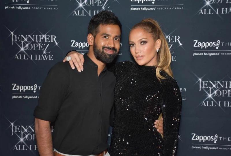 Sarvesh Shashi với ca sĩ Jennifer Lopez, người đã đầu tư vào công ty anh. Ảnh: Vice.