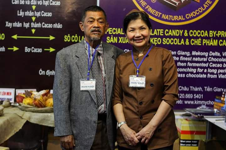 Ông Samy và vợ tham gia một buổi hội chợ giới thiệu sản phẩm. Ảnh: Nhân vật cung cấp.