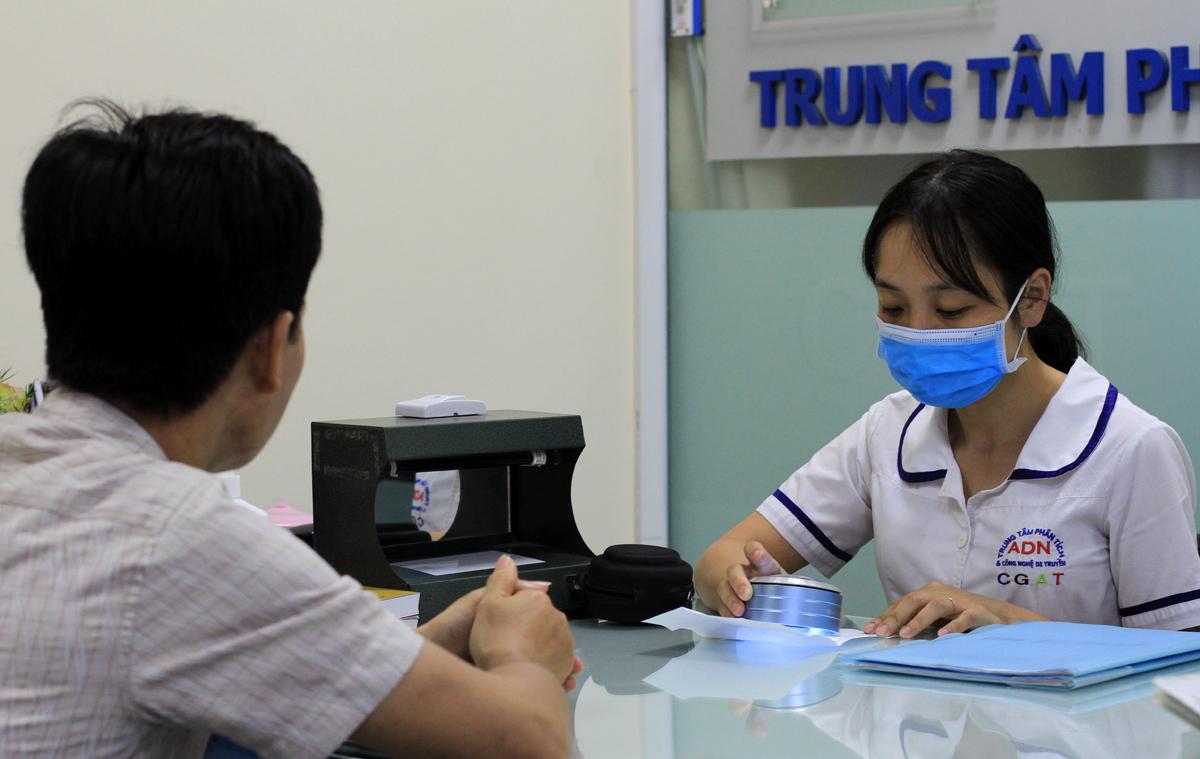Trong nhiều lý do xét nghiệm ADN thì số lượng xét nghiệm để xác minh huyết thống và biết người bạn đời chung thủy hay không, chiếm đa số. Ảnh: Phan Dương.