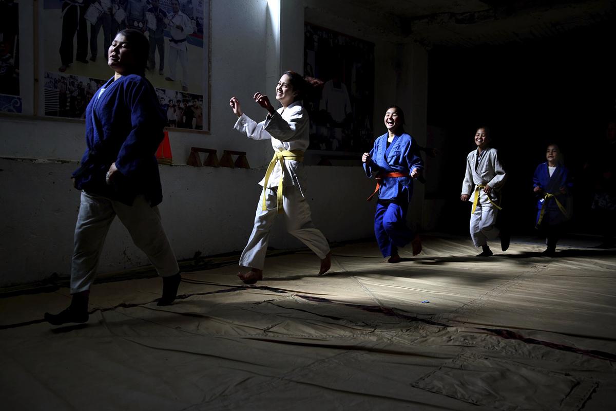 Các cô gái trong một câu lạc bộ Nhu thuật (Jujitsu) ở Kabul đang tập luyện hôm 15/2. Ảnh: AP.