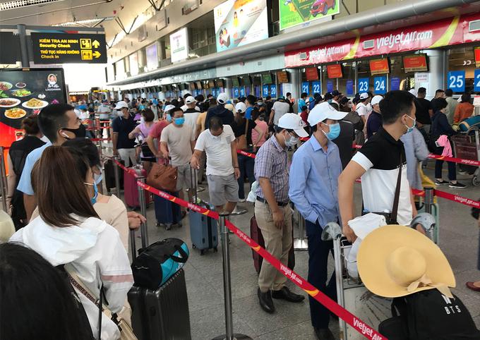 Hành khách xếp hàng làm thủ tục bay tại sân bay Đà Nẵng chiều 26/7. Ảnh:Đoàn Loan.