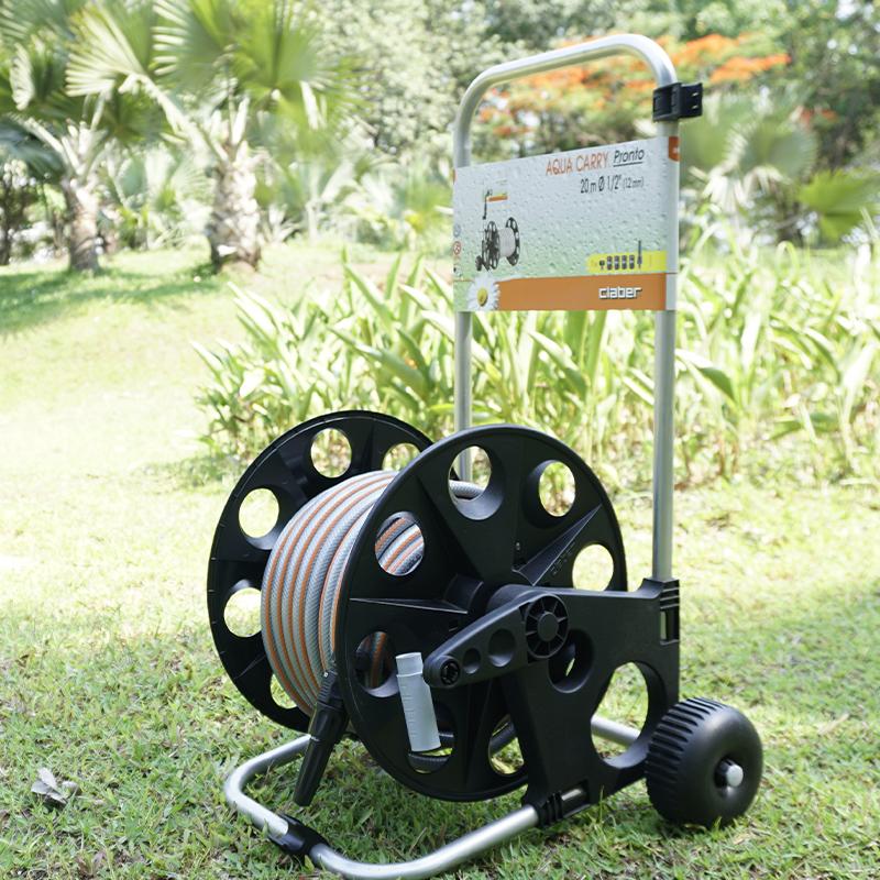 Bộ cuộn ống dạng xe đẩy Aqua Carry Pronto giúp bạn tránh được trạng ống nước nằm ngổn ngang trên sân sau mỗi lần tưới cây hay rửa xe vì lúc này việc cuộn dây rất đơn giản. Bộ sản phẩm gồm cuộn dây có đường kính 12 mm dài 20 mét, vòi phun nước có thể điều chỉnh được, khung cầm bằng nhôm, tay xoay trục để thu gọn ống. Bộ sản phẩm thiết kế bánh xe để di chuyển tự do và đang được bán với giá 1,8 triệu đồng.