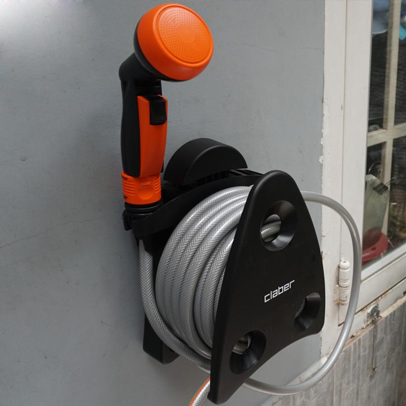 Bộ cuộn vòi tưới cây Claber 9032 gồm 10 mét ống dây có đường kính 13 mm, kèm vòi phun mưa với tia nước đều và có thể điều chỉnh được lượng nước. Bộ sản phẩm được trang bị khớp nối Aquastop giúp tự động ngắt nước khi tháo vòi phun. Thiết kế nhỏ gọn, với đầy đủ phụ kiện kèm theo, bộ cuộn vòi dễ dàng lắp đặt trong 3 phút, có thể di chuyển tự do hoặc treo lên tường. Bộ sản phẩm đang bán ưu đãi với giá 950.000 đồng.