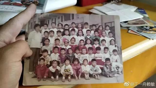 Tấm ảnh thời tiểu học có Mẫn Mẫn và Ngọc Châu. Ảnh: Zhuanlan.