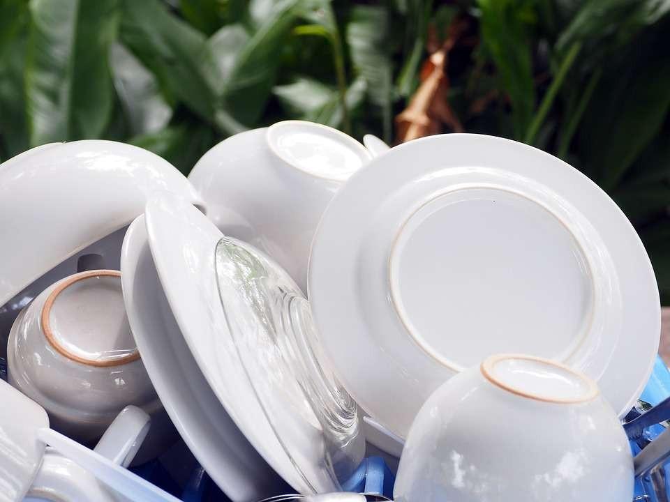 Sắp xếp bát đĩa vào bồn rửa theo trật tự và có phân loại rõ ràng giúp quá trình rửa thuận tiện và vệ sinh hơn. Ảnh: Aboluowang.