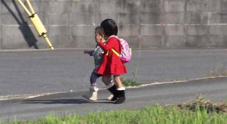 Cô bé Satoshi 3 tuổi sống tại Tokyo trở nên mạnh dạn hơn khi có em trai đi cùng thực hiện nhiệm vụ trong chương trình First Go.