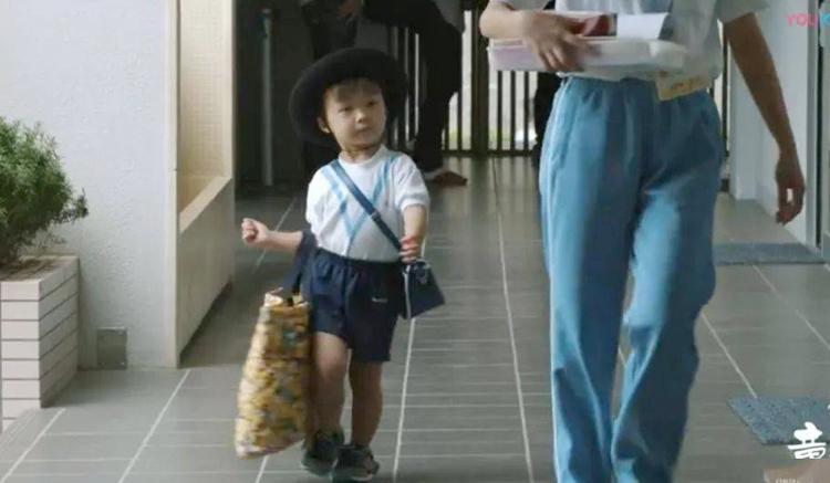 Wakamatsu luôn tự xách túi to túi nhỏ đến trường mà không cần sự trợ giúp của mẹ.