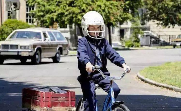 Cậu bé Sheldon hàng ngày phải rao báo bất kể thời tiết trong bộ phim Little Sheldon