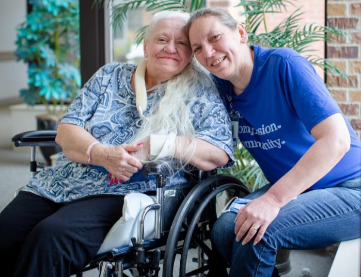 Doris Crippen (trái) và Bev Boro. Ảnh: Daniel Johnson/Methodist Health System.
