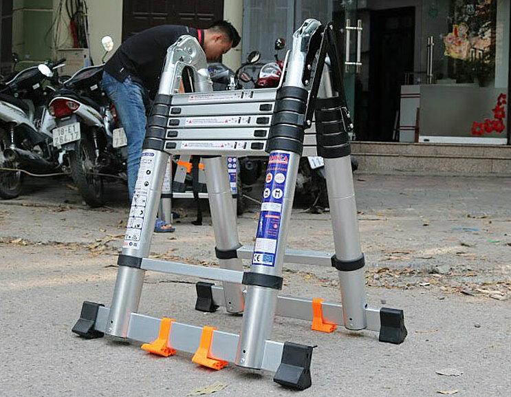 Thang nhôm xếp đôi Ameca AMI-P380N hình chữ A cao 1,9 m, chiều cao duỗi thẳng là 3,8 m và chiều cao rút gọn là 0,87 m. Giữa 2 đầu nối thang được gia cố bằng kẹp sắt giúp thang thêm kiên cố và an toàn khi dựa thẳng. Thang có 12 bậc, khoảng cách giữa các bậc là 28 cm. Thang nặng 16,2 kg, tải trọng 150 kg. Thân thang được làm bằng chất liệu nhôm. Chân thang thiết kế thêm thanh nhôm nằm ngang với các đệm cao su chống rung lắc, tránh trơn trượt và không gây xây xước sàn nhà, có hai bánh xe để dễ di chuyển. Sản phẩm có giá bán là 1,99 triệu đồng.