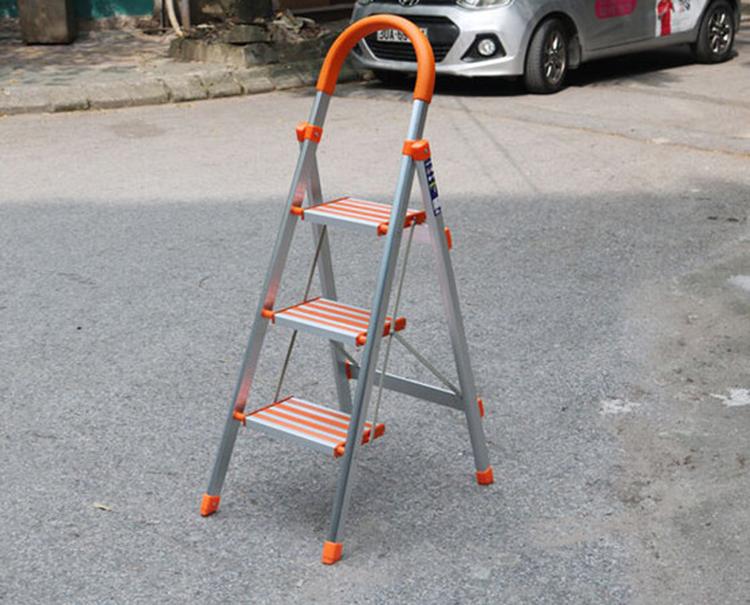 Thang nhôm Nikawa NKA-03 có 3 bậc, chiều cao từ chân đến mặt bậc trên cùng là 72 cm. Kích thước thang khi mở là rộng 51 cm, dài 65 cm, cao 118 cm. Các thông số này khi gấp lần lượt là 51, 6, và 126,5 cm. Thang nặng 4 kg, chịu được tải trọng 150 kg. Toàn bộ thang và các bậc ghế bằng nhôm. Các nút bịt được chế tạo bằng nhựa, chân thang có nút nhựa được làm bằng nhựa ABS bền chắc, chống trượt, tạo cảm giác linh hoạt chắc chắn, an toàn. Tay vịn với thiết kế hình vòng cung giúp người dùng đứng vững ở độ cao an toàn, và cũng có tác dụng mang vác dễ dàng hơn. Sản phẩm đang được bán với giá 800.000 đồng.