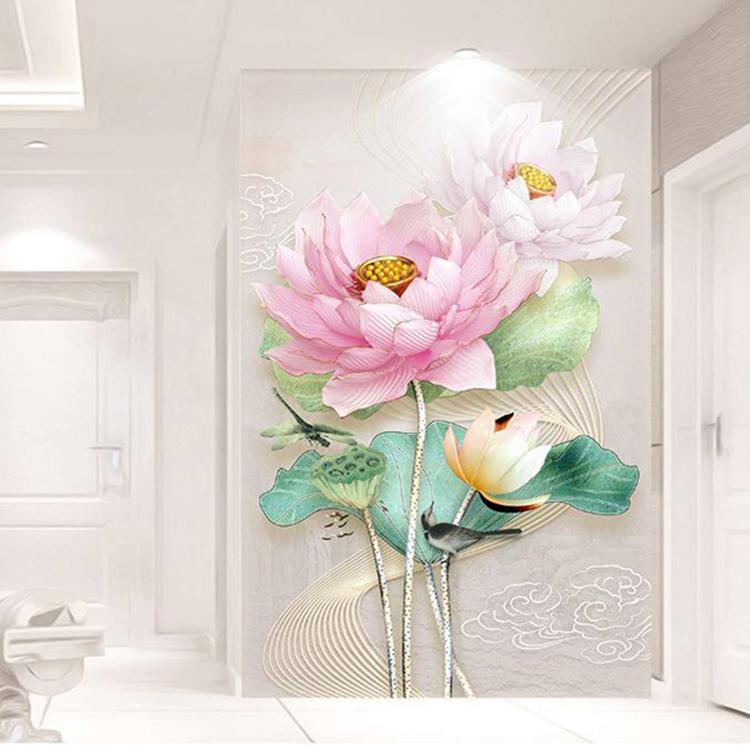 Tranh dán tường hoa văn sen hồng TDT01 được in theo công nghệ Nhật Bản trên giấy PP chống nước, cán màng lụa bảo vệ kim sa tạo độ 3D. Nhà sản xuất tại Việt Nam có thể thiết kế và in theo đặt riêng của khách hàng. Riêng tranh kích thước có sẵn 100 x 150 cm đang được bán với giá 315.000 đồng.