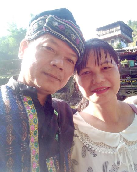 Anh Cảnh và vợ trong chuyến đi Sapa giữa tháng 6/2020, sau cuộc đoàn tụ. Họ thăm 2 người em đang lập nghiệp tại đây. Ảnh: Nhân vật cung cấp.