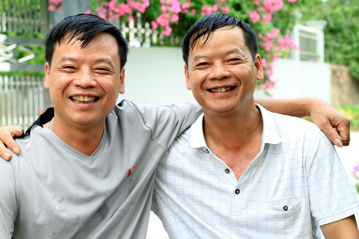 Anh Thanh (trái) và anh Cảnh (phải). Gia đình đang lên kế hoạch tổ chức lại đám cưới cho anh Cảnh và vợ để bù đắp phần nào những thiếu thốn anh đã phải chịu đựng. Ảnh: Phan Dương.