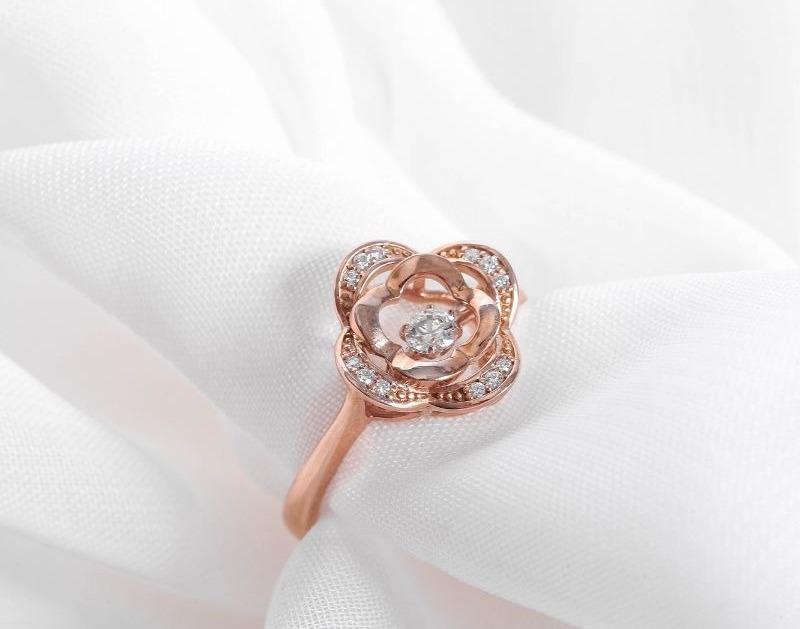 Nhẫn vàng hồng nữ cao cấp DOJI 14K 0819R-NAL631 có giá 3,39 triệu đồng trên Shop VnExpress, giảm 30% so với giá gốc. Thiết kế nhẫn cách điệu từ hình hoa hồng, tạo điểm nhấn sang trọng cho người đeo. Nhẫn đính tổng cộng 12 viên đá nhỏ cùng một viên lớn ở giữa.