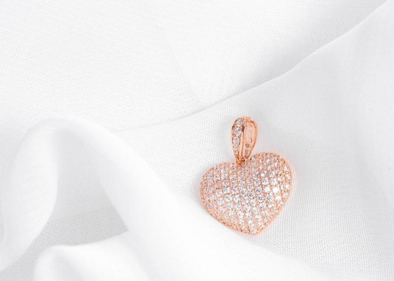 Thiết kế hình trái tim của mặt dây chuyền vàng hồng đính đá DOJI 14K 0819P-LAL070 phù hợp chọn làm quà tặng, kỷ niệm cho người yêu, mẹ hoặc bạn bè thân thiết. Toàn bộ mặt dây được đính đá kín, tăng sự sang trọng và quý phái. Mặt dây có giá 2,954 triệu đồng.